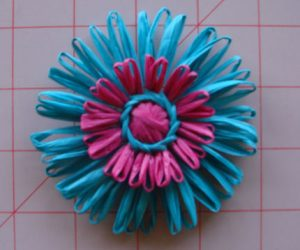 Make flowers and dolls with a round loom2